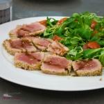 Tagliata di tonno in crosta di sesamo valeriana e pachino